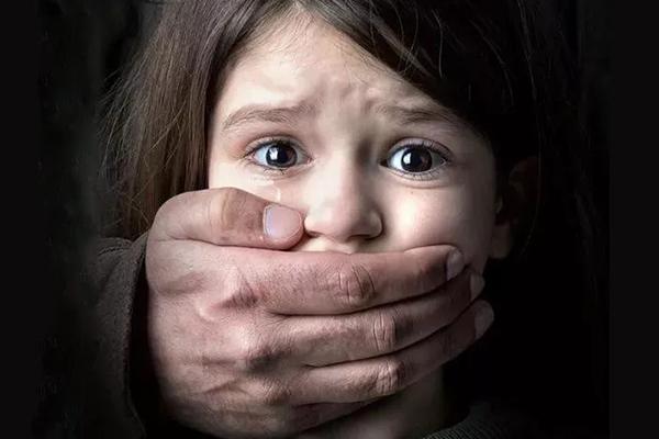 反虐童公益海报:别让孩子再受伤害